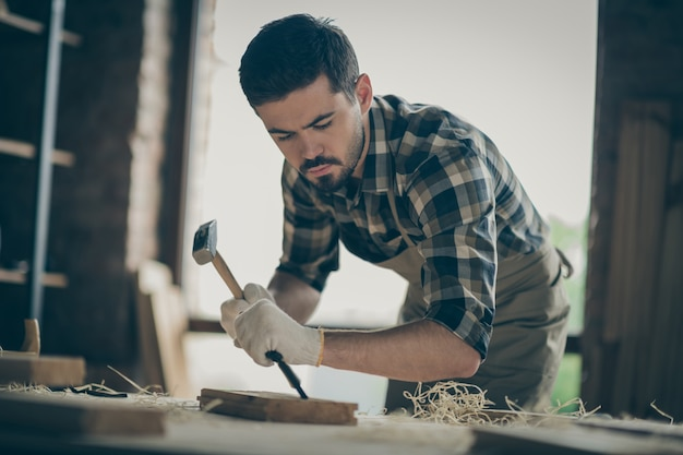 Портрет его симпатичный, привлекательный, концентрированный, опытный, профессиональный парень, специалист, дизайнер, создающий проект, запуск нового современного дома, дома порядок вещей в современном индустриальном стиле лофт.