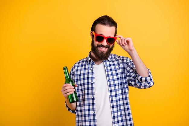 彼の素敵な魅力的なファンキーな自信を持って陽気な陽気なひげを生やした男の肖像画は、スペックに触れるチェックシャツを着ています
