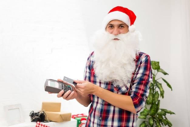 손 은행 카드 디지털 터미널 시스템 상거래 무역을 들고 그의 멋진 매력적인 산타의 초상화