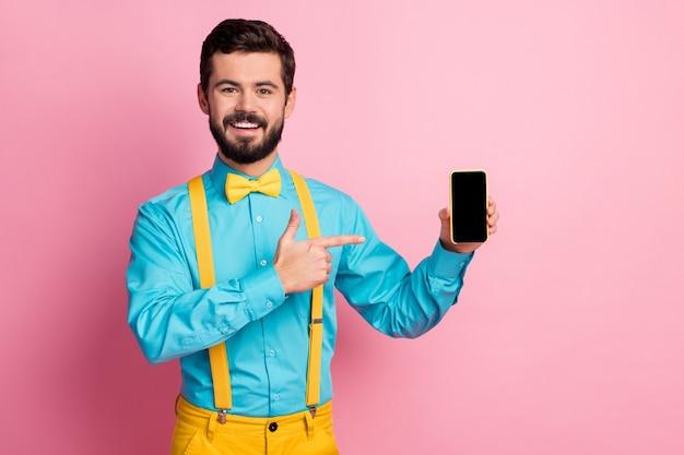 인상적인 남자 새로운 디지털 전화 터치 스크린 프레젠테이션의 초상화