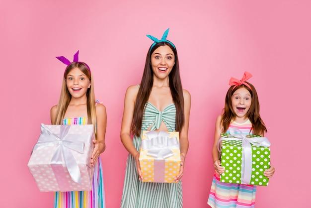 Портрет впечатленных трех человек с ободками на длинной стрижке получил подарок к 8 марта в ярком платье-юбке на розовом фоне