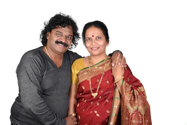 背景にインドのカップルの肖像画