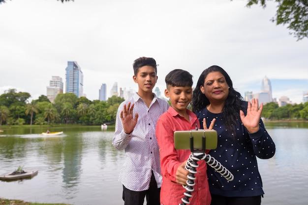 公園で一緒にリラックスしたインドの家族の肖像画