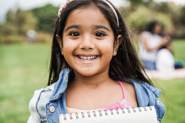 都市公園でのインドの女性の子供の肖像画