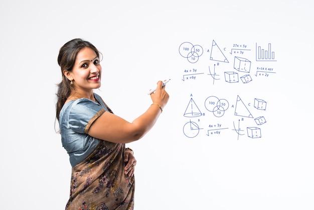 사리에서 인도 여성 교사의 초상화는 녹색, 흰색 또는 칠판에 대해 의미합니다
