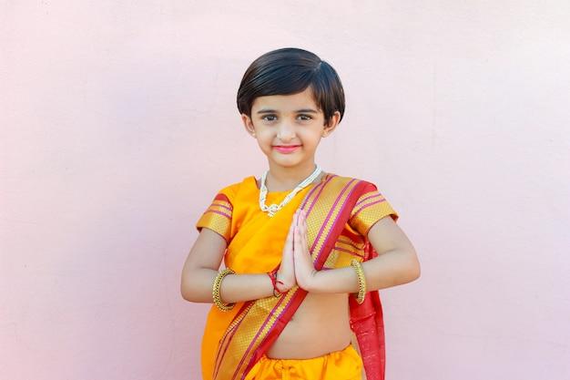 居心地の良いポーズでインドの少女の肖像画