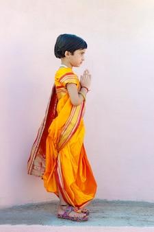 Портрет индийской маленькой девочки с приветствующей позой