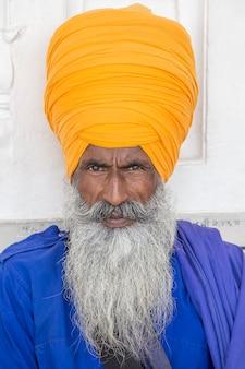 ふさふさしたあごひげとオレンジ色のターバンでインドのシーク教徒の男の肖像画。アムリトサル、インド。閉じる