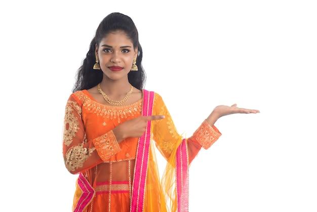 手に何かを提示するインドの伝統的な女性の肖像画