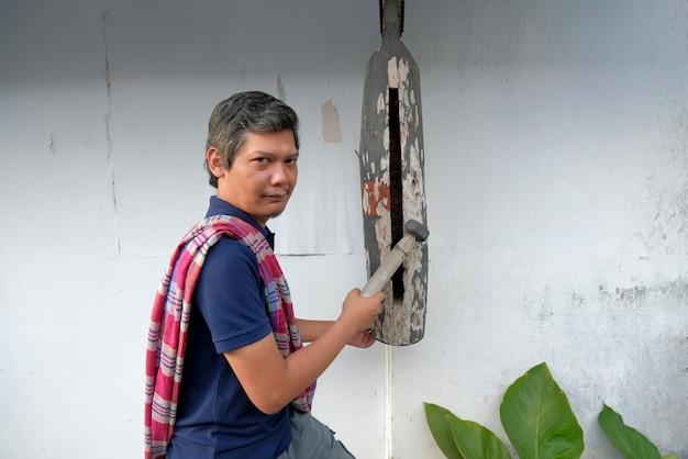 Портрет индонезийского человека, бьющего в колотушку или кентонган