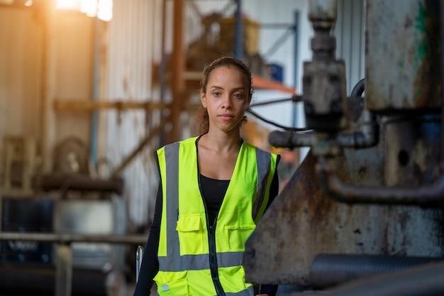 工場で働く産業女性エンジニアの肖像画。