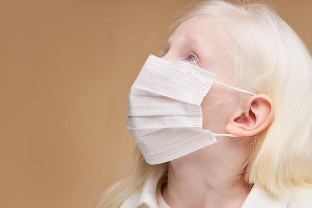 Портрет невинного ребенка-альбиноса, просящего бога о помощи