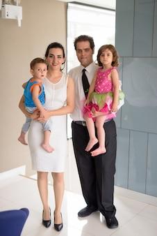 家で一緒にリラックスしたイランの家族の肖像画