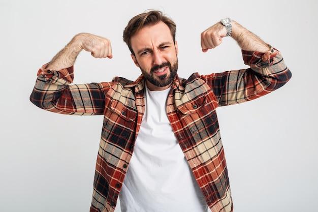 Портрет изолированного красивого брутального агрессивного сильного бородатого мужчины