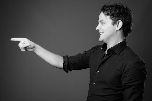 黒と白の灰色の黒いシャツを着ているイタリアの実業家の肖像画