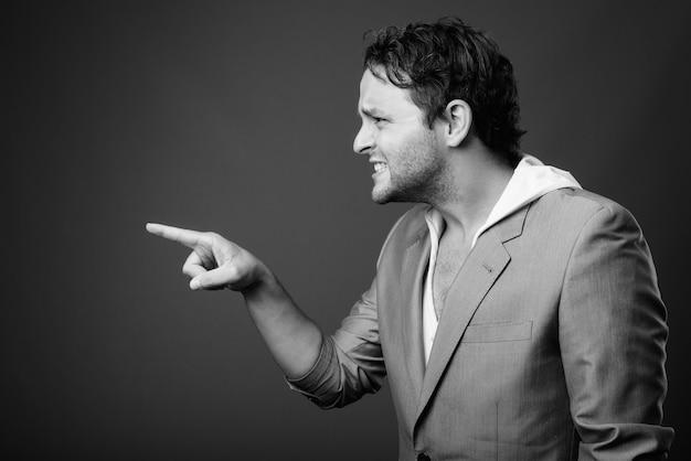 黒と白の灰色のスーツを着ているイタリアの実業家の肖像画