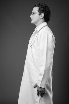 黒と白の灰色のイタリア人医師の肖像画