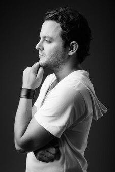 黒と白の灰色のフード付きの白いシャツを着ているイタリア人の肖像画