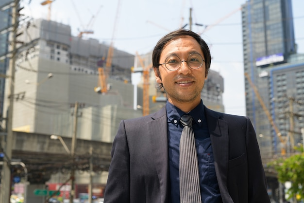 建設現場で日本のビジネスマンの肖像画