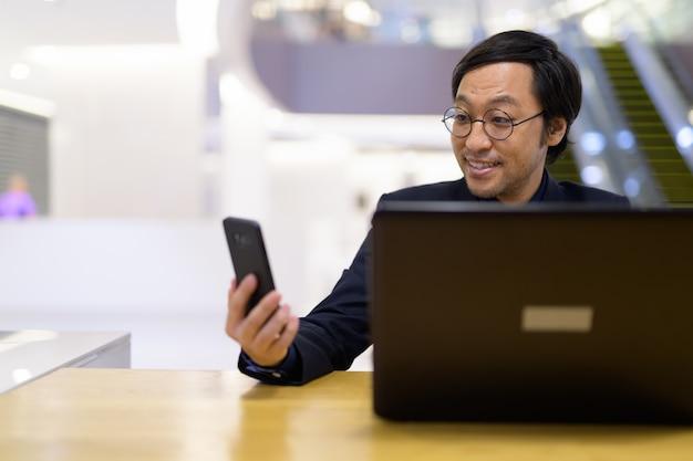 オフィスビル内で働く日本人実業家の肖像画