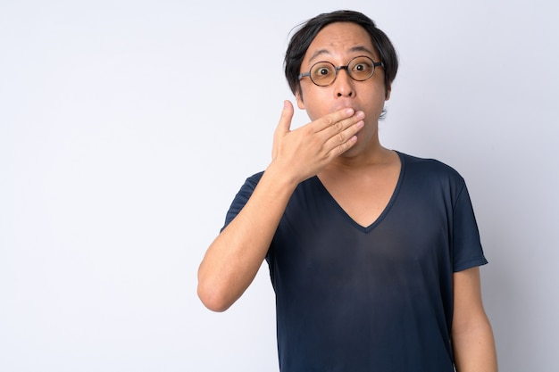 口を覆っている間ショックを受けているように見える日本人男性の肖像画