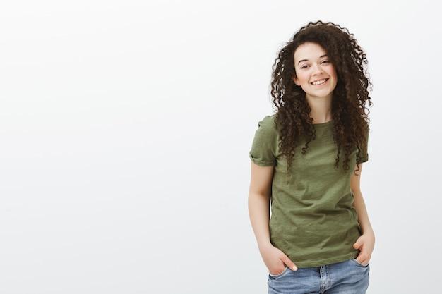 Портрет радостной красивой взрослой женщины с вьющимися волосами, болтающейся