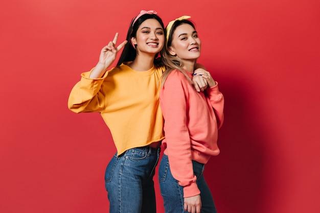 멀티 컬러 스웨터에 즐거운 여성의 초상화
