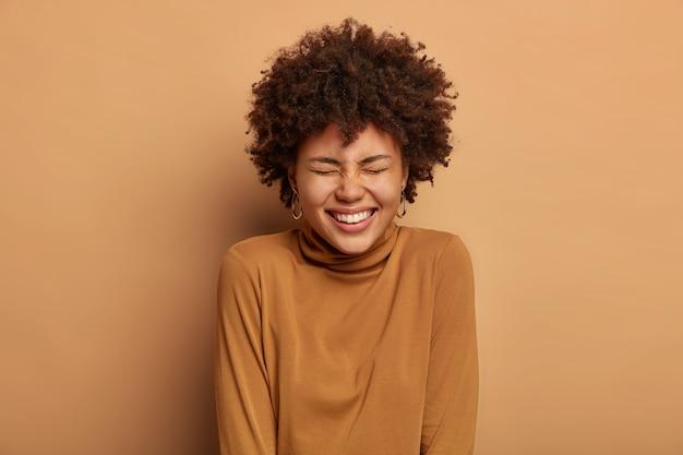 이빨 미소로 즐거운 기쁜 아가씨의 초상화, 만화 이야기를 듣고 웃으며, 기분이 좋으며 행복한 하루를 즐깁니다.