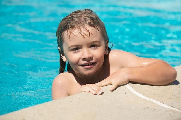 子供の男の子の肖像画は、プールで泳ぐ。