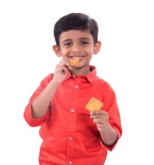 ビスケットを食べる子供の肖像画