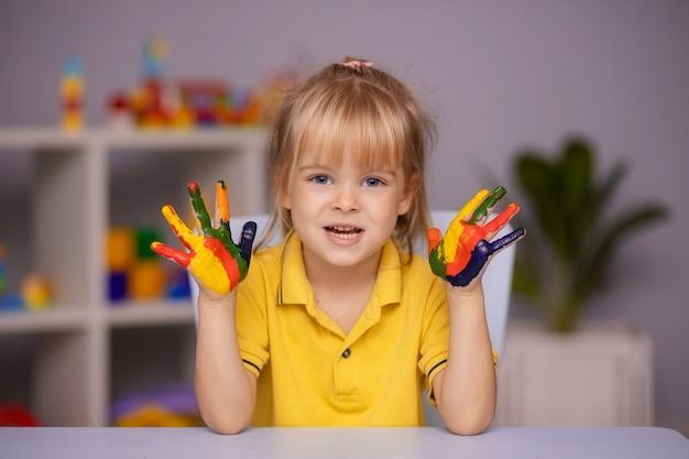 Портрет девушки малыша с лицом и руками, нарисованными дома