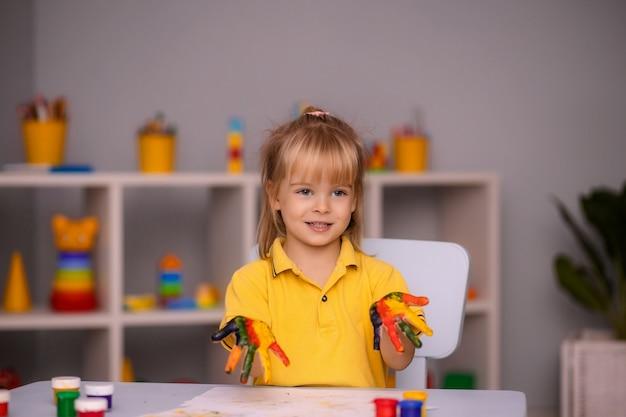 Портрет девочки малыша с лицом и руками, нарисованными дома