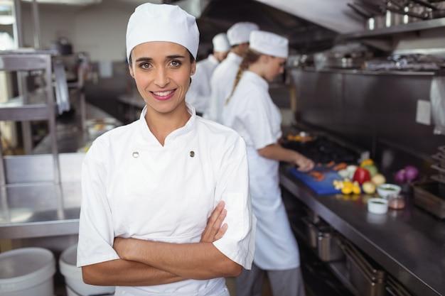 Портрет кухонного персонала, стоящего со скрещенными руками