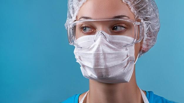 Портрет лаборанта медсестры в защитных очках, медицинская маска во время эпидемии гриппа ковид-19. одежда врачей и защита от вирусов при вспышке коронавируса