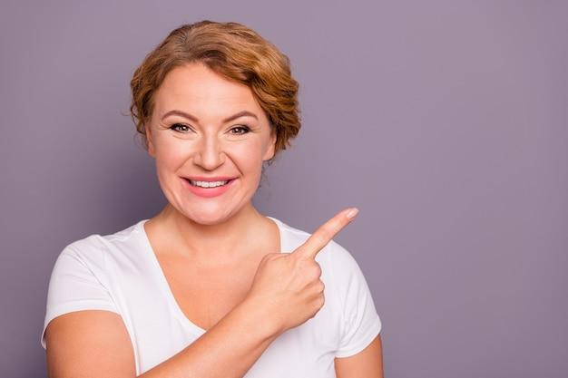 Портрет дамы в белой футболке, изолированной на фиолетовом