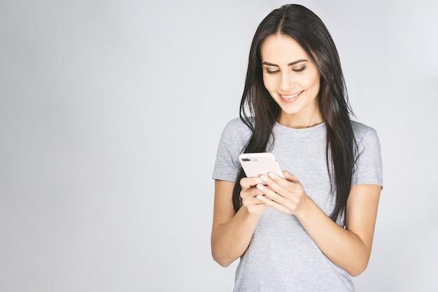 Портрет дамы, использующей сотовый телефон в руке