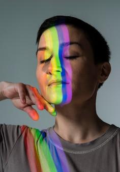 Портрет женщины лгбт с символом радуги