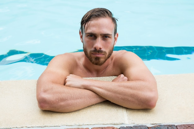 Портрет спасателя, опираясь на бассейн