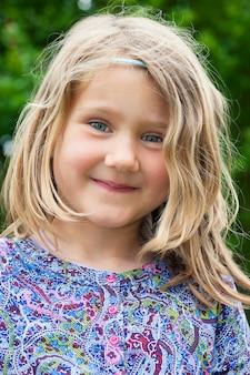 愛らしいブロンドの女の子の肖像画