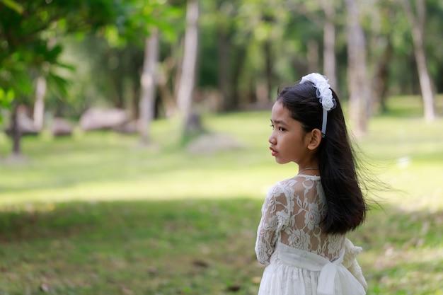 立っている小さなアジアの女の子の肖像画
