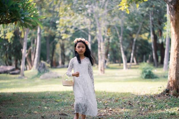 自然の森を歩くアジアの少女の肖像画