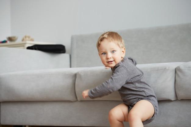 自宅で小さな男の子の肖像画