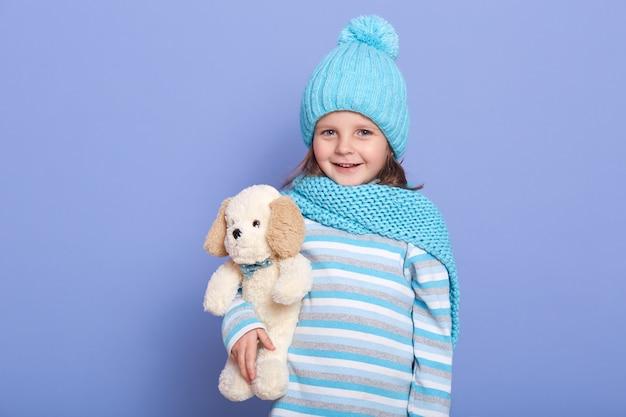 퐁퐁 니트 겨울 모자에 작은 매력적인 여자의 초상화