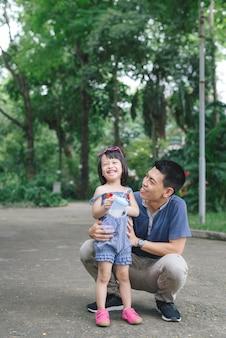 自然、家族の概念と彼女のお父さんを抱き締める少女の肖像画