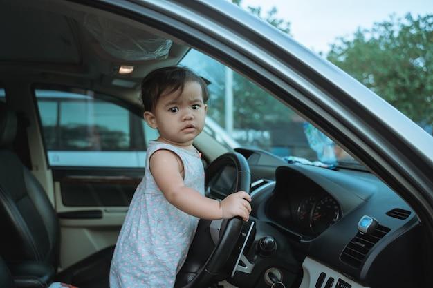 車で休暇にせっかちな少女の肖像画