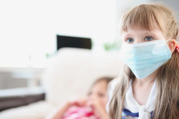 의료 보호 마스크에 어린 소녀의 초상화