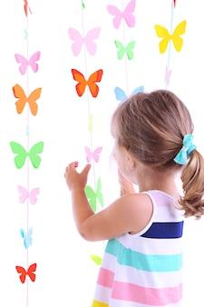 Портрет маленькой девочки на фоне гирлянд бабочек