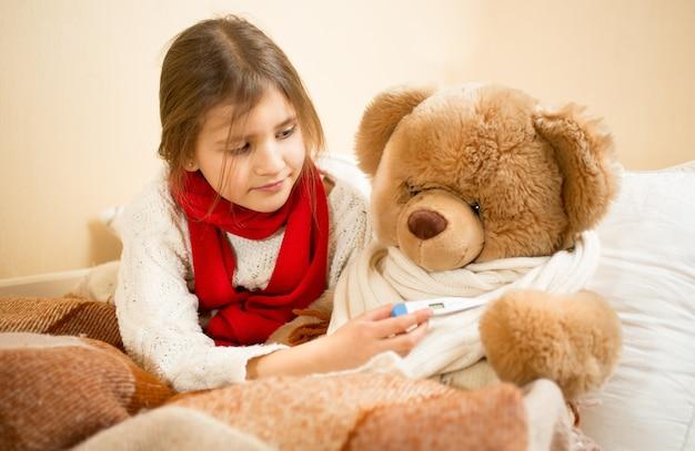 医者と患者でテディベアで遊ぶ少女の肖像画