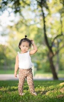 公園で歩く小さな女の子の肖像