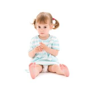 Портрет маленькой девочки с ватными палочками над белой стеной